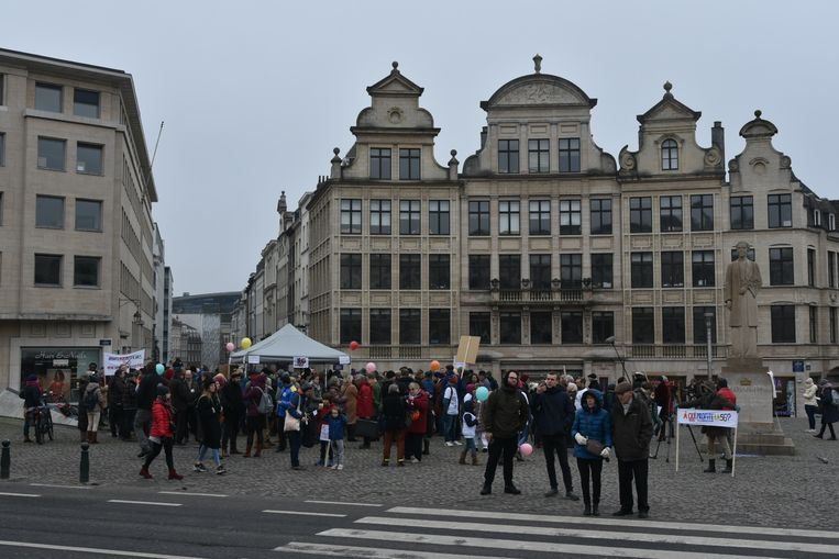 Zo'n honderd mensen betogen tegen de invoering van 5G in België.