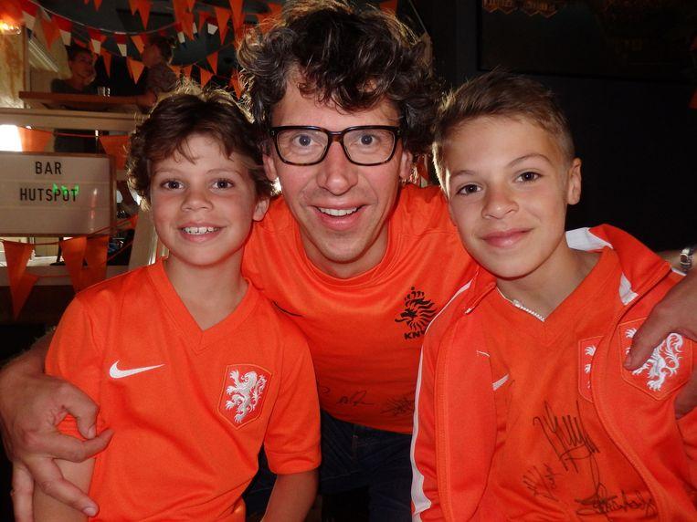 Mats (9), vader Frits Verhoef en Sam (vlnr, 12). Respect, dit is opvoeding. Vader: 'Hoort erbij, hè' Beeld Schuim