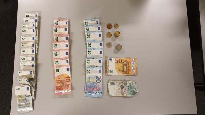 Het briefgeld dat de vrouw op zak had.