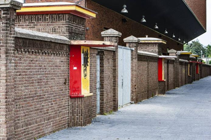 De vervallen, karakteristieke stadionmuur in de Vetkamstraat, met daarachter de nieuwe Leo Halle-tribune. Foto Ronald Hissink