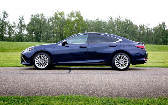 De Lexus ES rijdt heerlijk, maar laat wel enkele lelijke steken vallen.