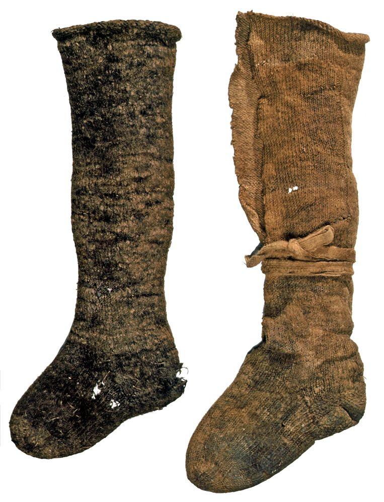 Wollen kniekousen werden op hun plaats gehouden door kousenbanden. Beeld