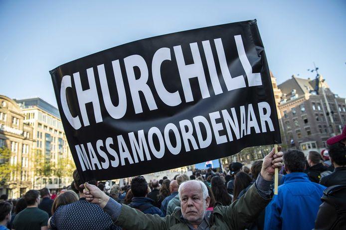 Bij de Nationale Dodenherdenking op de Dam is een man opgepakt die Winston Churchill een massamoordenaar noemde. Eerder die dag liet de Schiedammer al een vliegtuigje rondvliegen met een vergelijkbare boodschap.