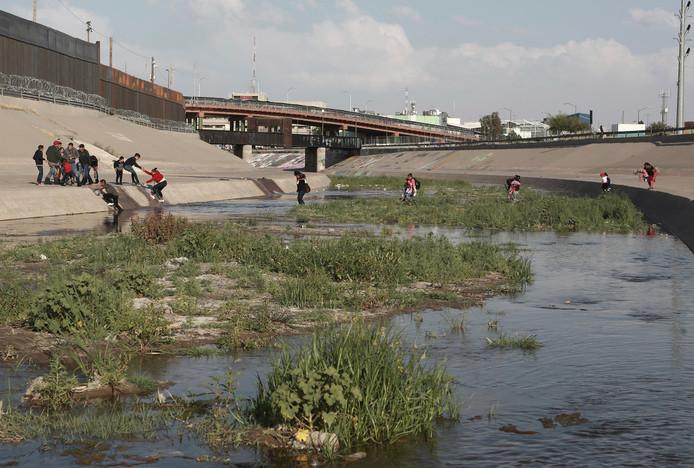 Mexicaanse migranten steken de Rio Grande over om asiel aan te kunnen vragen in de Verenigde Staten.