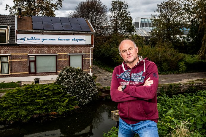 Maasdijker Jaap Valstar woont vlakbij bedrijventerrein Honderdland. Er hangt een spandoek op de gevel van zijn huis met de tekst 'wij willen gewoon kunnen slapen'.