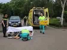 Wielrenner gewond naar het ziekenhuis na botsing in Ermelo