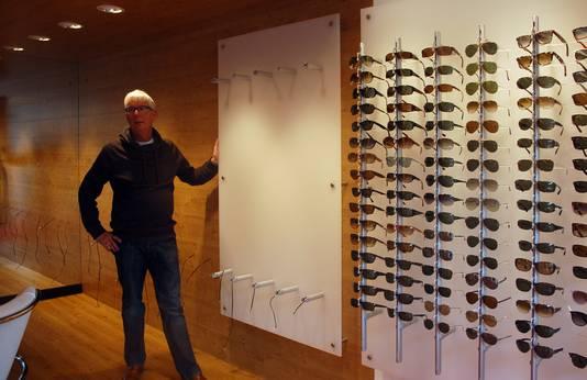 Ook elders in het land is het prijs. Dieven maakten zo'n 250 exclusieve zonnebrillen buit bij opticien At Zeilstra in Epe. De schade raamt Zeilstra op 60.000 euro. Foto Jenny Polman