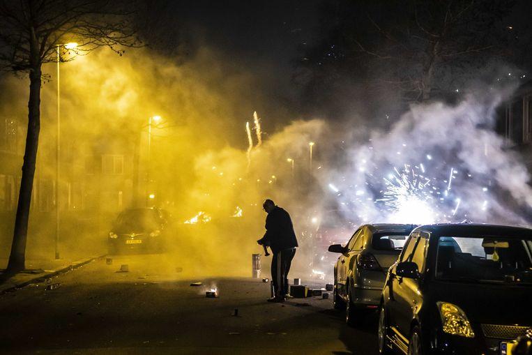 De wijk Paddepoel in Groningen tijdens oud en nieuw. In de wijk zijn eerder opstootjes geweest in aanloop naar het oudejaarsfeest en kwam het tot een confrontatie met de politie.  Beeld ANP