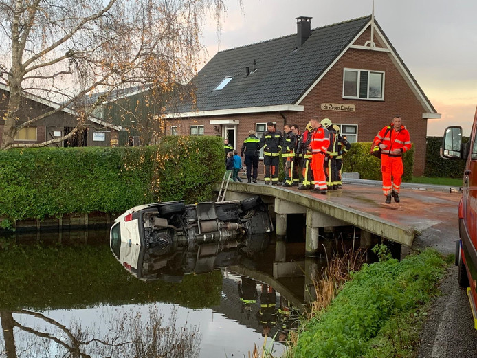 Het te water geraakte voertuig in Bodegraven.