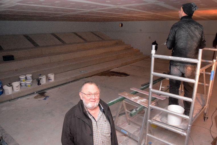 Jacques Bosman in de oude zwemkom. De oude belijning van de vroeger zwembadvloer zijn nog te zien waar nu de tribune werd gebouwd.