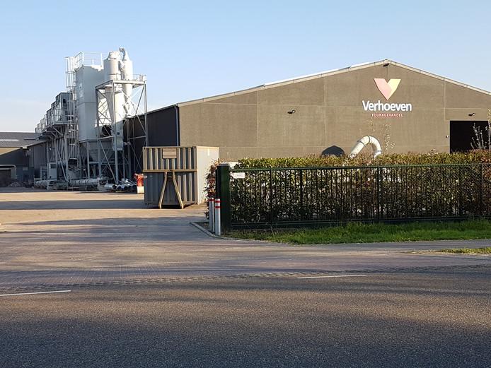Het bedrijf Verhoeven moet de installaties links van de bedrijfshal lager maken. Verhoeven verplaatst ze naar nieuw een nieuw te bouwen hal.