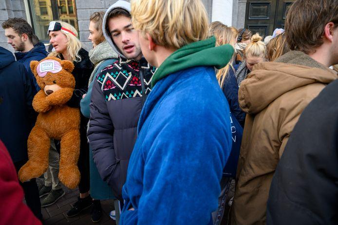 Amsterdamse studenten protesteren bij de ambtswoning van burgemeester Halsema. Ze zijn bang om uit hun huis gezet te worden door de nieuwe gemeentelijke huisvestingsverordening, die op 1 april ingaat.