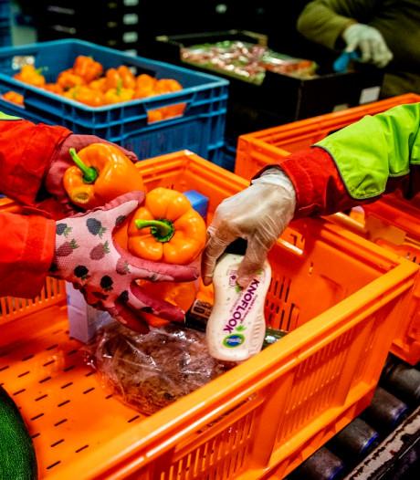 Klanten van de Voedselbank Haaglanden krijgen een paascadeautje