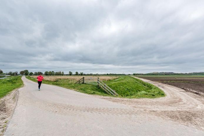 Vathorst-Bovenduist is nu nog landelijk gebied. Rechts in de verte de vuilnisberg van Smink, links rukt Vathorst op.