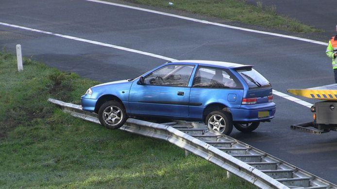 De auto belandde óp de vangrail langs de oprit naar de A18 bij Wehl.