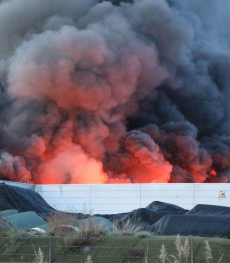 Grote brand bij kunstgrasverwerker Tuf in Dongen vermoedelijk aangestoken