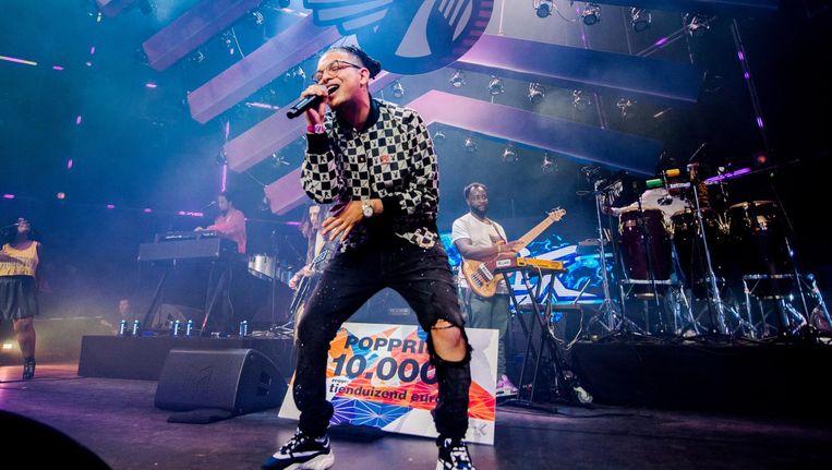 Ronnie Flex ontvangt de Popprijs, de meest prestigieuze prijs voor Nederlandse popmuziek, tijdens Noorderslag. Beeld anp