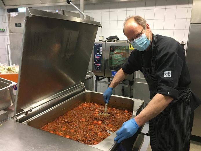 In het gesloten bedrijfsrestaurant van een bedrijf in Bergen op Zoom worden deze maand 8000 maaltijden bereid die op werkdagen (400 stuks per dag) worden geschonken aan zorgpersoneel en kwetsbaren op de Brabantse Wal.
