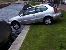 Sloep voorkomt dat auto te water raakt in Stichtse Vecht