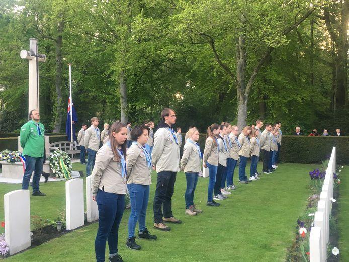 Jongeren van de scouting houden twee minuten stilte tijdens de Dodenherdenking op begraafplaats Westduin in Den Haag.