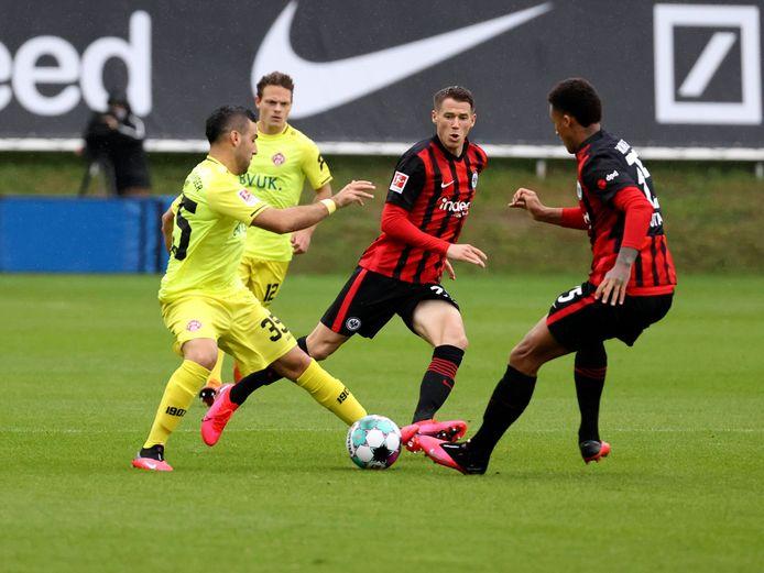 Chris David (links) vorige week in actie in het oefenduel tegen Eintracht Frankfurt.