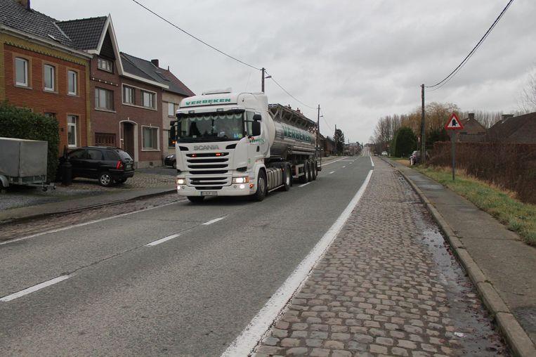 Door het slechte wegdek veroorzaken vrachtwagens trillingen en kabaal, iets waar inwoners al jaren over klagen.