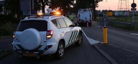 Vrachtwagen verliest lading in Roosendaal, weg afgesloten