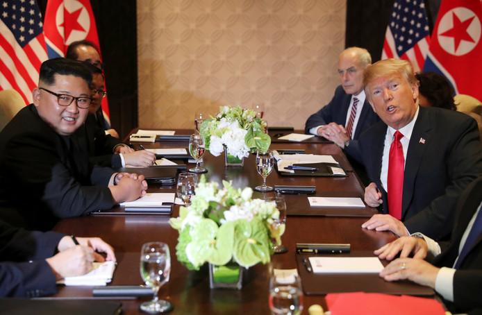 Kim en Trump poseren nog even voor het vervolg van de besprekingen.