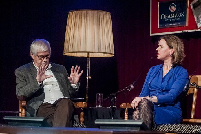Spraakvermaak-presentator Dik van Beest in gesprek met minister Cora van Nieuwenhuijzen.
