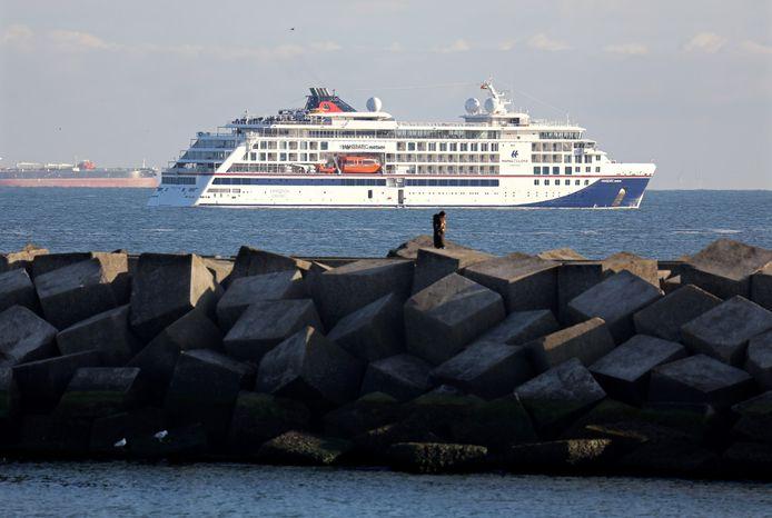 Aankomst van cruiseschip Hanseatic Nature voor de havenhoofden van Scheveningen.