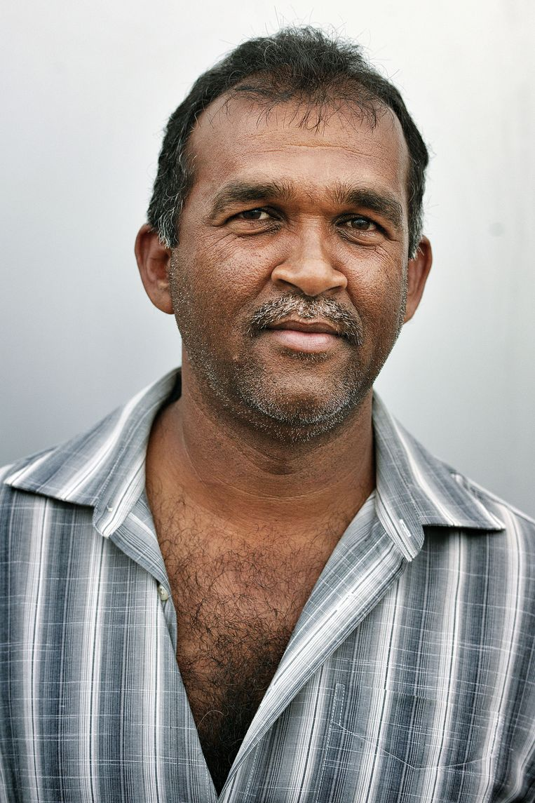 Dewperkash Gauri (48) Landbouwer: 'Ik ga Chan Santokhi van V7 een kans geven. Ik heb de afgelopen twee verkiezingen op de NDP gestemd. Maar zoveel mensen zijn de afgelopen vijf jaar onder deze regering rijk geworden. Schandalig. Santokhi is iemand van een andere generatie. En hij heeft een visie hoe Suriname ontwikkeld moet worden. Ook weet hij, als oud-agent, hoe de criminaliteit bestreden moet worden. Dit punt is voor mij heel belangrijk. Je moet vrij zijn in je land.' Beeld Guus Dubbelman/de Volkskrant