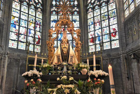De Onze-Lieve-Vrouwekerk in Alsemberg bevat een rijke schat aan beelden, schilderijen, glasramen, houtwerk en andere kunst.