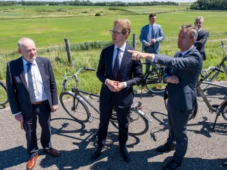 Minister Dekker fietst langs de plek waar 'zijn' Law Delta moet komen. 'Dit is mooi voor Zeeland'
