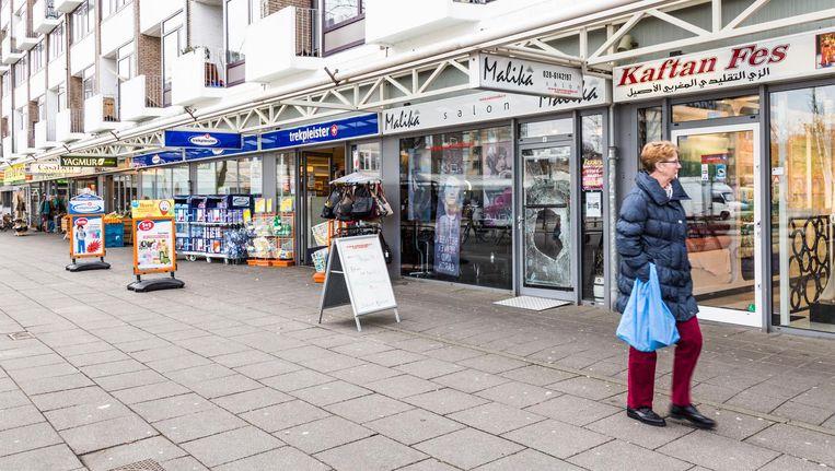 Ondernemers zorgen dat er weinig te halen valt, toch kampen de winkels aan het Sierplein met veel inbraken. Beeld Tammy van Nerum