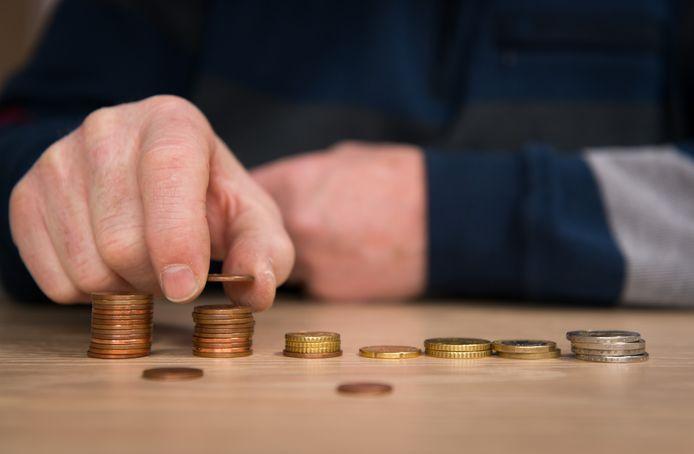 Een alleenstaande die minder dan 1063 euro aan inkomen verdient wordt door het Sociaal en Cultureel Planbureau beschouwd als werkende arme.