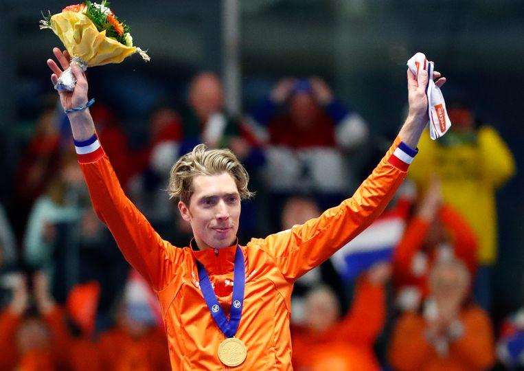 Jorrit Bergsma, met zijn gouden medaille als wereldkampioen. Het is voor Bergsma de derde op de 10 kilometer. Beeld AP