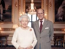 Koningin Elizabeth en prins Philip poseren voor zeventigste trouwdag