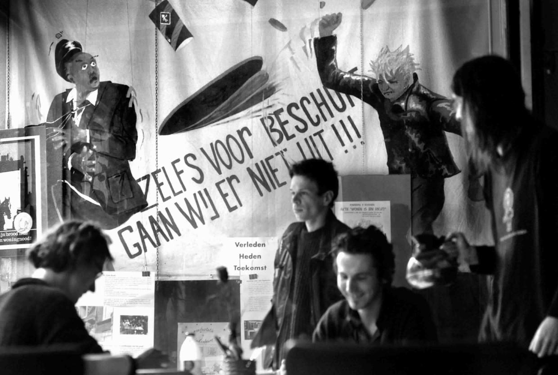 In 1984 nam Mac van Dinther deel aan de kraak van de Grote Broek. In het pand zit nu onder meer een eetcafé, waar deze oude foto aan de muur hangt.   Beeld Marcel van den Bergh / de Volkskrant