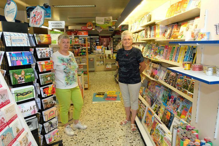 Zussen Ann en Hilde in hun krantenwinkel Punt Komma, de laatste van de gemeente.