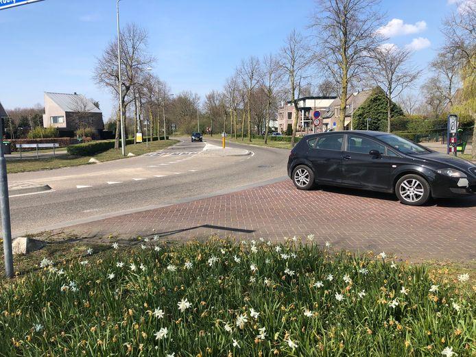 Deze kruising bij de ingang van Volkel wordt vanaf maandag 20 april voor een week afgesloten. De gemeente gaat de drempels vernieuwen.