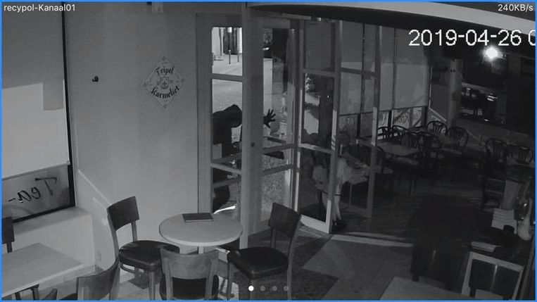 Eén van de daders, vlak voor hij het onderste glas van de toegangsdeur vernielde bij tearoom 't Kapoentje.