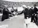 """Volgens Wikipedia neemt Lien Gisolf op deze foto de zilveren medaille van de Olympische Spelen 1928 in ontvangst uit handen van Prins Hendrik. Kleindochter Leontien Kramer weet zeker dat de vrouw op de foto niet haar 'mooie oma' is. ,,Ze is lang niet zo mooi als mijn oma."""""""