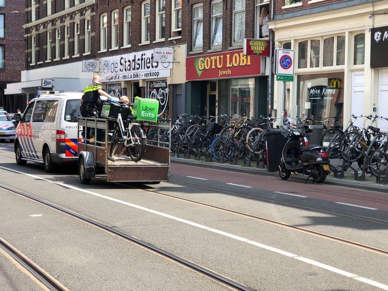 Twee fietsen van UberEats worden door de politie onderzocht. Beeld Vera Spaans
