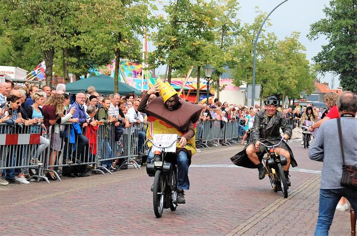 De Funklasse van de Solexrace heeft altijd een carnavalesk en kolderiek sfeertje.