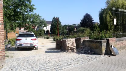 Vuilkar ramt paal van toegangspoort De Rietgors