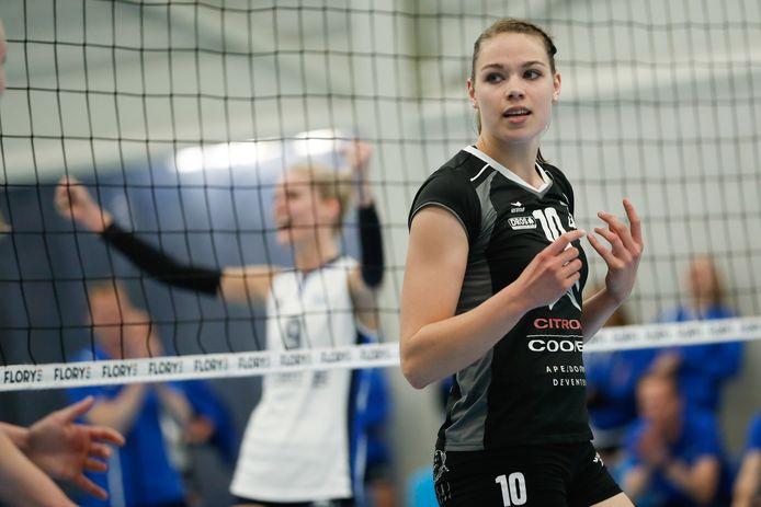 Lisanne Baak van Coolen Alterno baalt na een verloren punt, maar heeft nog alle vertrouwen in de volgende finalewedstrijden. Op de achtergrond viert de in Apeldoorn wonende speelster van Sliedrecht Sport, Carlijn Oosterlaken.