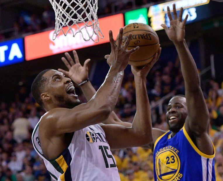 Draymond Green (rechts) noteerde een 'triple-double' in de vierde overwinning op rij tegen de Utah Jazz. Links Utah Jazz-speler Derrick Favors. Beeld afp