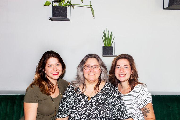 Moeder Hetty voedde haar dochters tweetalig op om ze zich thuis te laten voelen in de horende en de niet-horende wereld Beeld Renate Beense