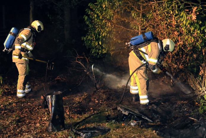 Brandweerkorpsen blussen de brand in het bos aan de Weg naar Heibergen.