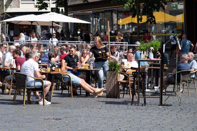 Drukte op de terrassen op de Grote Markt op 1 juni, toen de horeca weer open ging. De dagen erna viel het bezoek aan café en restaurant wat tegen.